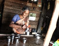 Eine arme ländliche Frau in ihrem Teeshop im Tamil Nadu Stockfotografie