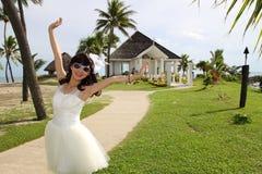 Eine asiatische Brauthochzeit vor der Kapelle Lizenzfreie Stockfotografie
