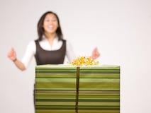 Eine asiatische Frau und ein Geschenk Lizenzfreie Stockfotografie