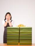 Eine asiatische Frau und ein Geschenk Lizenzfreies Stockfoto