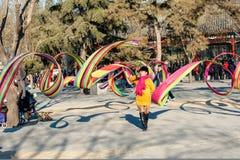 Eine Asiendame spielt silk Gurt Lizenzfreie Stockfotos