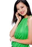 Eine attraktive asiatische Frau mit Telefon stockfoto