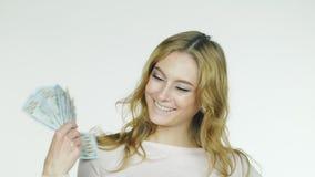 Eine attraktive Frau mit einem Fan des Geldes stock video footage