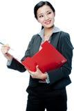 Eine attraktive Geschäftsfrau mit Klemmbrett Lizenzfreie Stockfotos