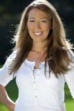 Eine attraktive glückliche Frau in ihren dreißiger Jahren Lizenzfreies Stockfoto