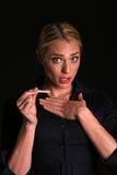 Eine attraktive junge blonde Frau wird entsetzt, um zu denken, dass sie schwanger ist Stockfotos