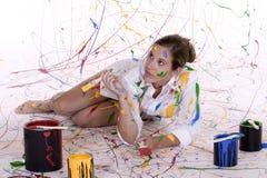 Eine attraktive junge Frau abgedeckt im bunten Lack Lizenzfreies Stockbild