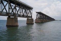 Eine aufgegebene Eisenbahn-Brücke stockbild