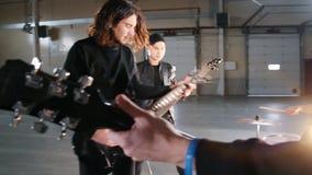 Eine aufgeregte Rockgruppe, die eine Wiederholung hat stock footage
