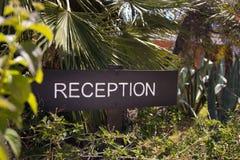 Eine Aufnahme unterzeichnen herein den Garten des Hoteleintritts Lizenzfreie Stockbilder