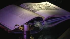Eine ausgestorbene Kerze nahe bei dem Buch stock video