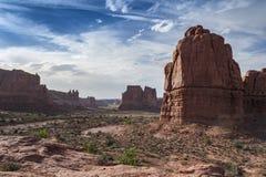 Eine ausgezeichnete Ansicht von roten Felsen unter einem blauen Himmel Stockfoto