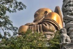 Eine ausgezeichnete goldene Statue von Buddha in den Bergen, Taiwan Lizenzfreie Stockfotos