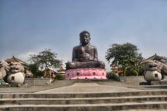 Eine ausgezeichnete Statue von Buddha in den Bergen, Taiwan Stockfotos