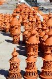 Algarve-Terrakottatonwarenkamine für Verkauf Stockfotos