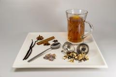 Eine Auswahl von Teebestandteilen und von frisch gebrautem schwarzem Tee Lizenzfreies Stockfoto