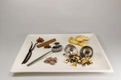 Eine Auswahl von Teebestandteilen und -plätzchen Lizenzfreie Stockfotos