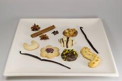 Eine Auswahl von Teebestandteilen und -plätzchen Stockfotos