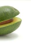 Eine Avocado im Fokus lokalisiert auf einem weißen Hintergrund Stockbilder