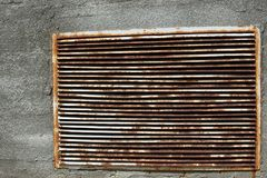 Eine Backsteinmauer mit einem rostigen Eisengrill lizenzfreie stockbilder