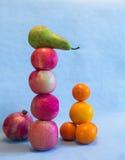 Eine Balance von verschiedenen Früchten Stockbild