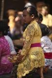 Eine Balinesefrau in der traditionellen Kleidung auf Zeremonie des hindischen Tempels, Bali-Insel, Indonesien Stockfoto