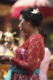 Eine Balinesefrau in der traditionellen Kleidung auf Zeremonie des hindischen Tempels, Bali-Insel, Indonesien Stockfotografie