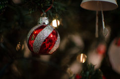 Eine Ball-Weihnachtsbaumdekoration Stockbild