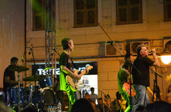 Eine Band, die Rockmusik spielt Stockfoto