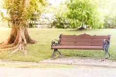 Eine Bank im Park an einem sonnigen Tag Lizenzfreies Stockfoto