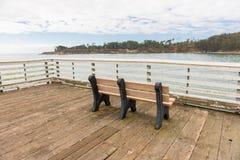 Eine Bank im Pier von San Simeon, Kalifornien, USA stockbild