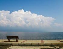 Eine Bank nahe dem Meer lizenzfreie stockbilder