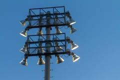Eine Bank von Sportfeld-Flutlichtern von hinten lizenzfreies stockbild