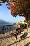 Eine Bank, zum der Ansicht über schönen See Como zu genießen Stockbild