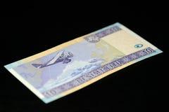 Eine Banknote in zehn litauischen litas auf einem dunklen Hintergrund Stockbild