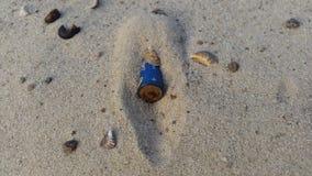 Eine Batterie ist im Sand Lizenzfreies Stockbild