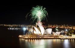 Eine Baum ähnliche Explosion von grünen Feuerwerken leuchtet dem Himmel über Sydney Opera House Stockfotografie