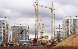 Eine Baustelle in Moskau, in vielen Kränen und in einem konkreten Schnitt vom blauen Himmel Stockbilder
