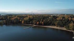 Eine beatifull Ansicht neben Meer und einer kleinen alten Straße von Finnland stock footage