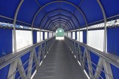 Eine bedeckte Passage, die zu Boote führt Lizenzfreie Stockbilder
