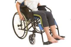 Eine behinderte Frau, die in einem Rollstuhl aufwirft Lizenzfreie Stockfotos