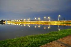 Eine beleuchtete Straße durch unteres Seletar-Reservoir Stockbilder
