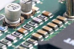 Eine benutzte und schmutzige Platte von elektronischen Bauelementen lizenzfreies stockfoto