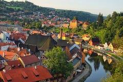 Eine berühmte tschechische historische schöne Stadt Morgenansicht zur Stadt, zu die Moldau-dem Fluss und schönen zur Sommerstraße lizenzfreie stockfotografie