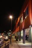 Eine beschäftigte Einkaufsstraße in Headingley, Leeds, nachts lizenzfreie stockfotografie