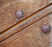Eine Beschaffenheit des hölzernen Brettes mit Nägeln stockfoto