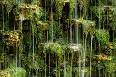 Eine Beschaffenheit des kleinen Wasserfalls Stockbilder