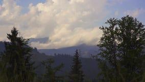 Eine beschleunigte Bewegung von Wolken über den Bergen ukraine 2017-jähriger Sommertag Karpaten in den Bergen stock footage