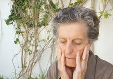 Eine besorgte alte Frau Abschluss oben Stockfotografie