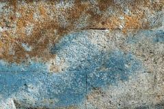 Eine Betonmauer nützlich als Hintergrund umfasst mit Moos Stockbilder